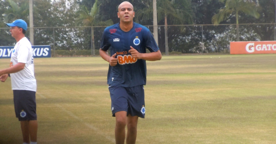 Alex Silva faz corridas no campo do Cruzeiro como parte de sua recuperação (21/9/2012)