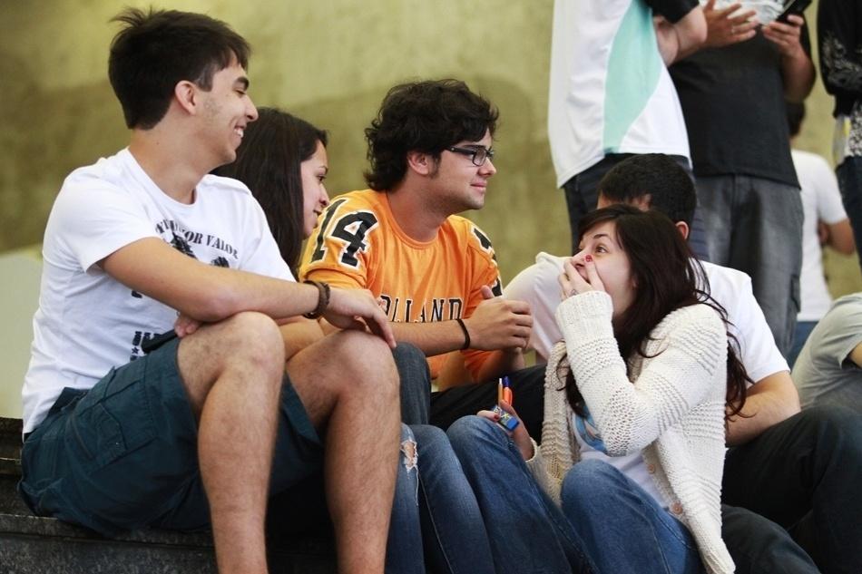 Alunos conversam entre intervalo de aulas em um cursinho em São Paulo