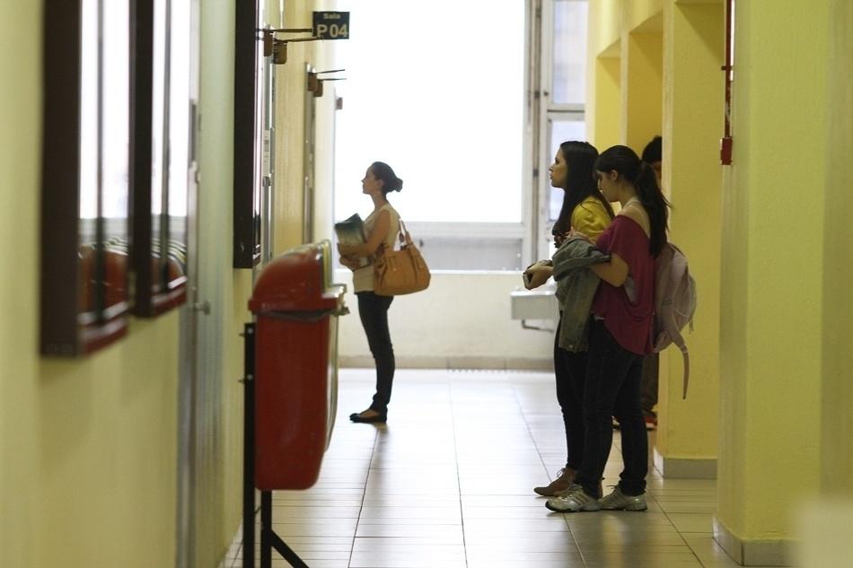 Alunos de um cursinho em São Paulo saem das aulas do período da manhã e vão para as salas de estudo