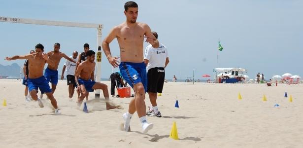 André Lima puxa fila de jogadores do Grêmio em treinamento na praia no Rio de Janeiro