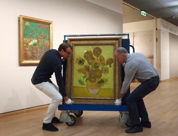 """Curadores colocam a obra """"Sunflowers"""", de Vincent van Gogh, em um carrinho de transporte no museu Van Gogh, em Amsterdã (23/9/12) - AP Photo/Cris Toala Olivares"""