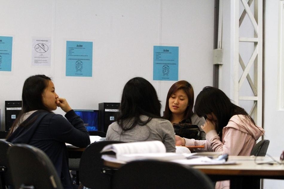 Depois de assistirem as aulas do período da manhã, alunos se concentram nas salas de estudo