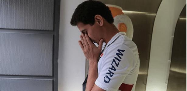 Ganso reza antes da partida contra o Cruzeiro; ele não jogaria, mas seria apresentado ao torcedor