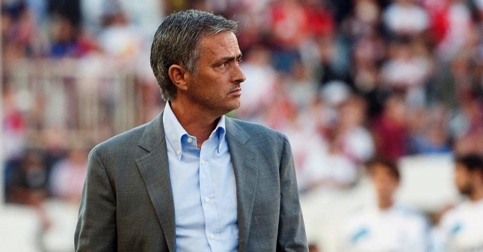 José Mourinho, técnico do Real Madrid, observa os jogadores de sua equipe durante a partida contra o Rayo Vallecano