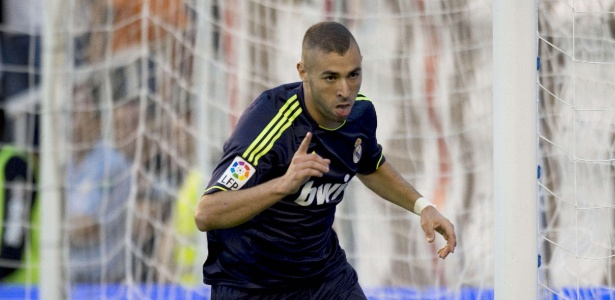 Benzema comemora após abrir o placar para o Real Madrid contra o Rayo Vallecano