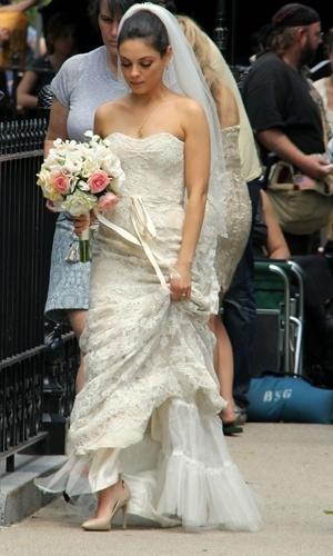 Mila Kunis vestida de noiva durante a gravação do filme