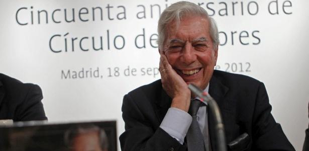 O escritor Mario Vargas Llosa fala com a imprensa sobre lançamento de sua obra completa, em Madri (18/9/12) - EFE/Zipi