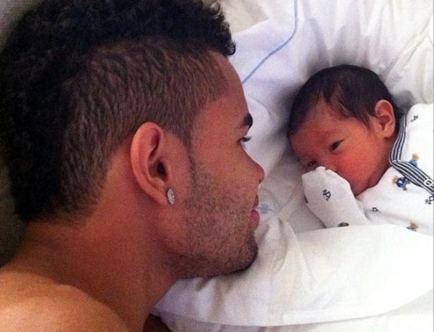 O jogador Dentinho publica foto olhando para o filho, seu primogênito, Bruno Lucca (24/9). Bruno é fruto do relacionamento do jogador com a modelo Danielle Souza, a Mulher Samambaia, com quem é casado desde junho deste ano