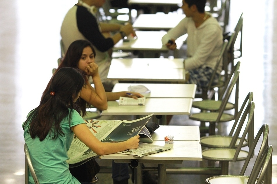 O pátio vira lugar de estudos para alunos do cursinho em São Paulo