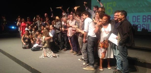 Os vencedores do 45º Festival de Brasília do Cinema Brasileiro se reúnem no palco Teatro Nacional para o festejo final e a foto oficial (24/09/12)