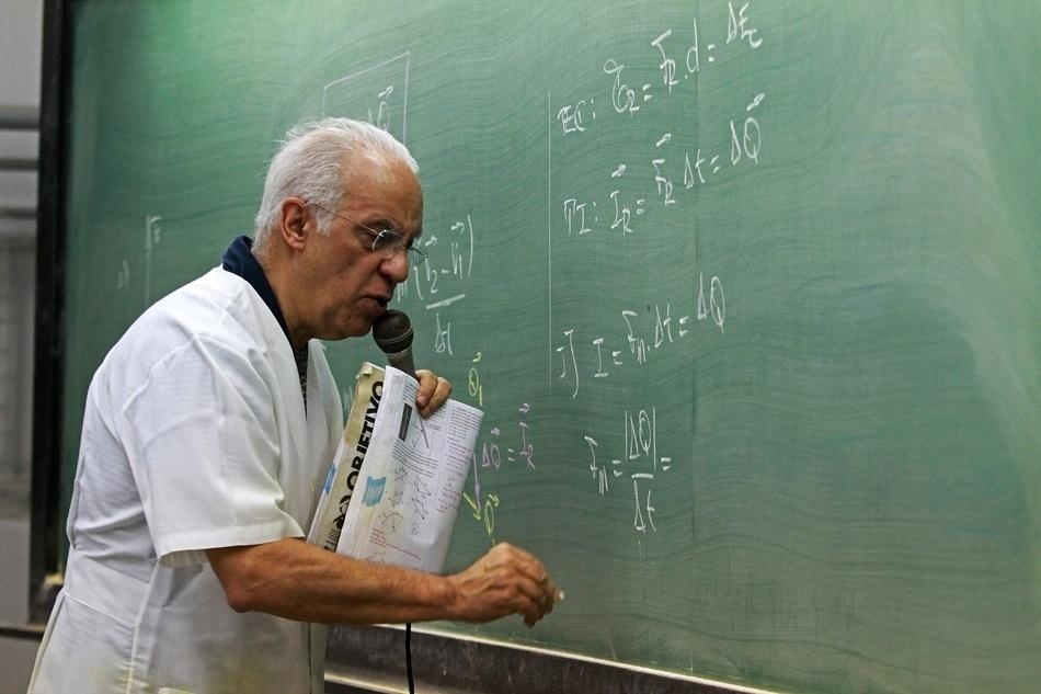 Professor de um cursinho da capital paulista explica exercícios de física