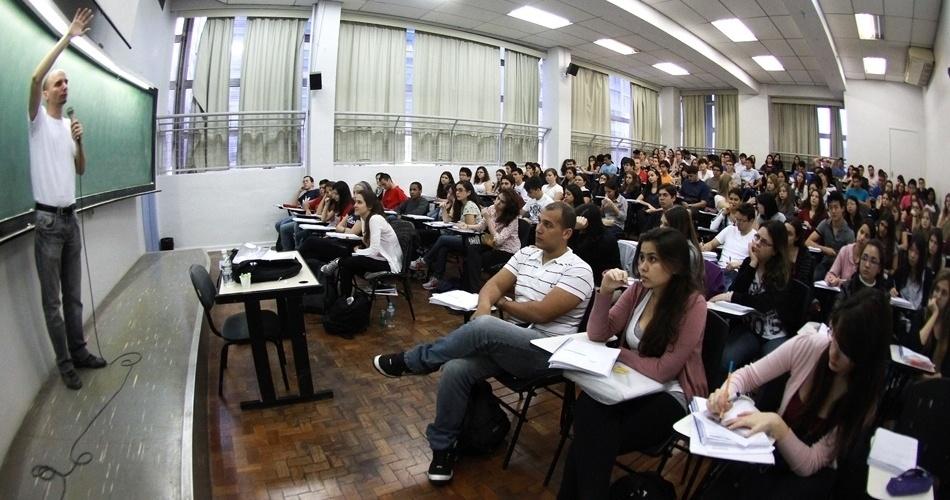 Vestibulandos lotam as salas dos cursinhos, estudando para as provas do processos seletivos do final do ano