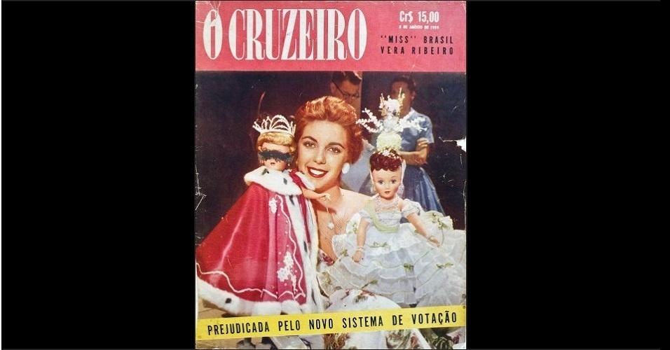 """1959 - Vera Ribeiro, Miss Brasil 1959, aparece na """"O Cruzeiro"""" com duas bonecas de porcelana com trajes de miss. A brasileira ficou entra as cinco finalistas no Miss Universo"""