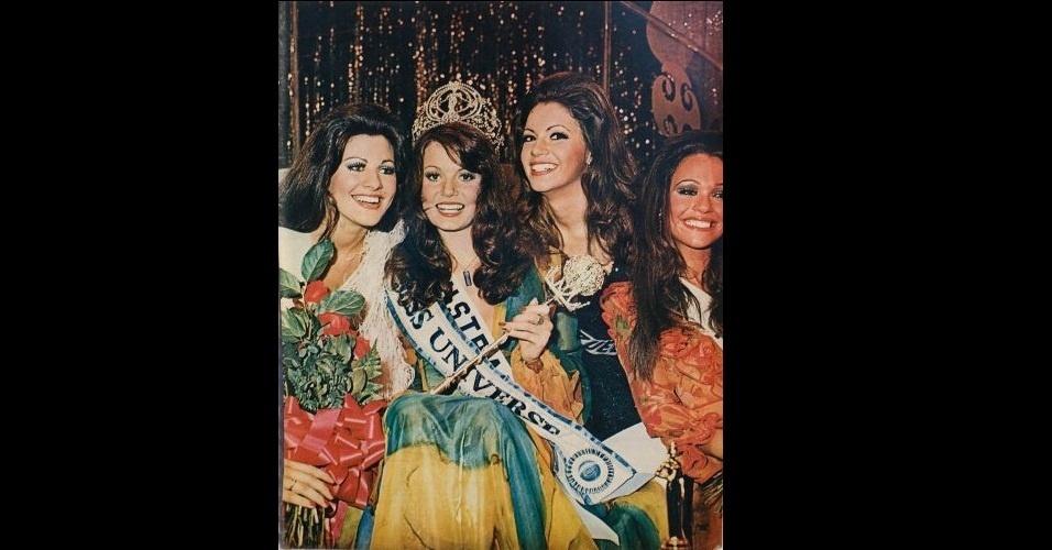 1972 - Revista traz foto das misses em torno da Miss Austrália, Kerry Anne Wells, eleita Miss Universo 1972
