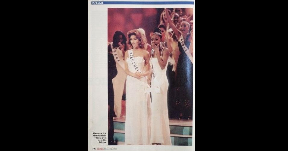 """1998 - A revista """"Cromos"""" traz matéria sobre o momento decisivo do Miss Universo 1998, que coroou a Miss Trinidad e Tobago, Wendy Fitzwilliam (esq.). À direita está a Miss Venezuela, Veruska Ramírez, que conquistou o segundo lugar"""