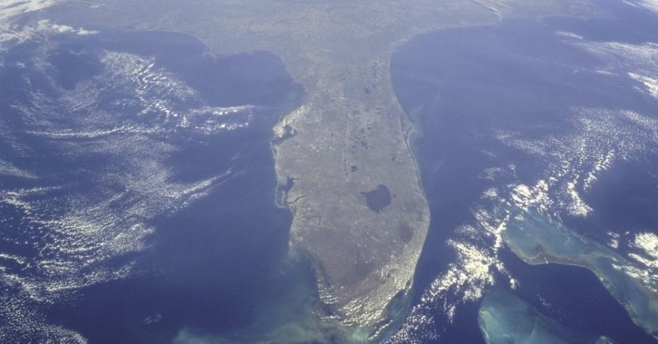 25.set.2012 - A imagem, divulgada pela Nasa (agência espacial internacional), mostra a península da Flórida durante a missão STS-95. Para desenvolver um porto espacial comercial, o Estado pediu para que a Nasa transferisse 150 hectares de terra das plataformas de lançamento para uma pista de transporte