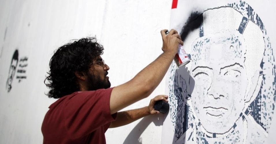 25.set.2012 - O artista iemenita Murad Subai pinta retratos de figuras políticas como parte de campanha lançada para chamar atenção aos desaparecidos políticos no país. Iemenitas estão usando arte de rua para pressionar o governo a revelar o paradeiro de centenas de desaparecidos nos últimos anos