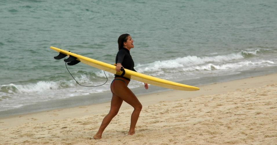 25.set.2012 - Surfista aproveita dia de calor na praia de Ipanema, no Rio de Janeiro