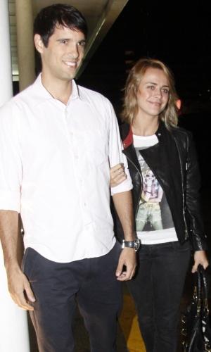 A atriz Juliana Silveira e marido, João Vergara, chegam à maternidade Perinatal para visitarem Angélica (25/9/12)