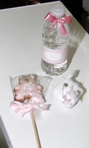As lembranças dadas por Angélica para os amigos que visitam Eva incluem uma garrafinha de água, um biscoito e um bem-nascido (25/9/12)