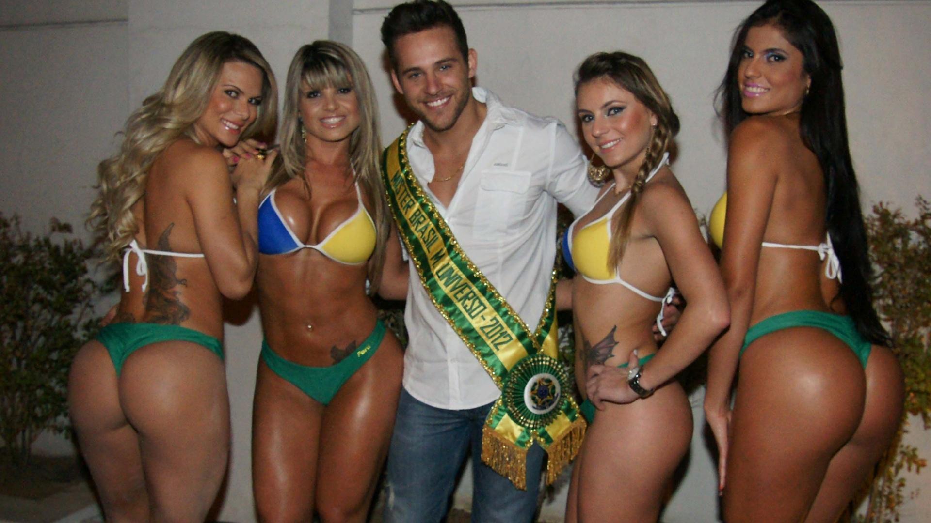 Candidatas do concurso Miss Bumbum com o Mister Universo Thiago Ximenes nos bastidores do programa