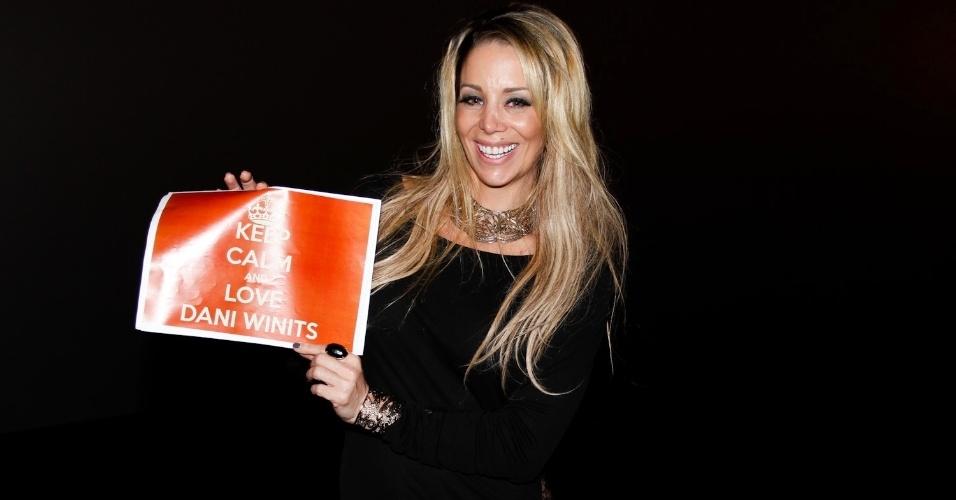 Danielle Winits segura uma placa