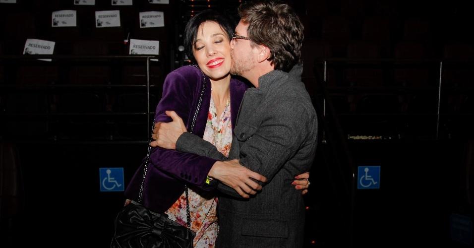 Kiko Mascarenhas beija a atriz Rita Elmôr durante a pré-estreia da comédia