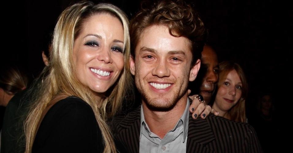 Leonardo Miggiorin cumprimentou Danielle Winits durante a pré-estreia da comédia