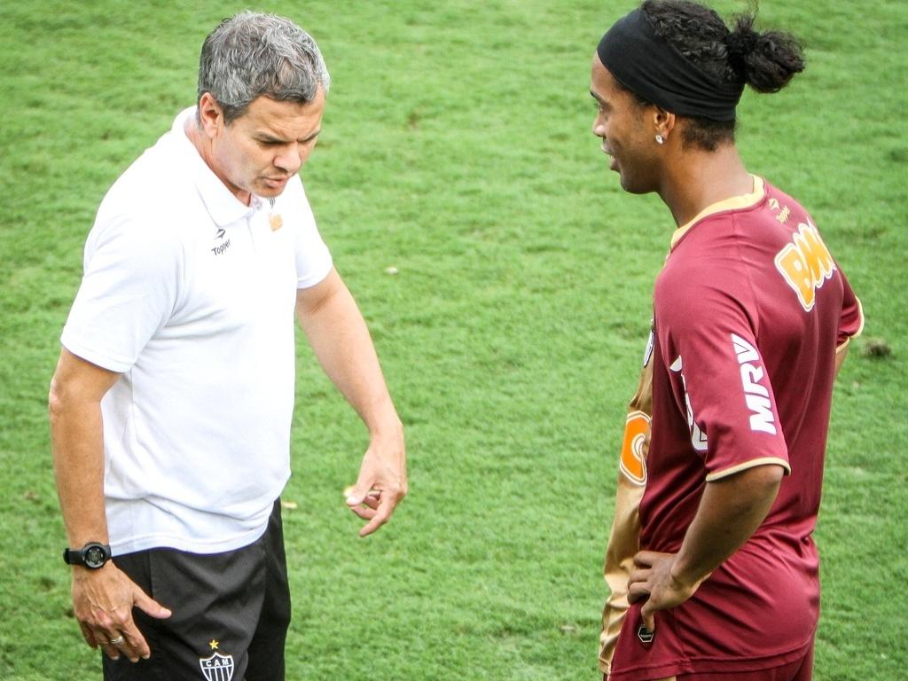 Ronaldinho Gaúcho conversa com o preparador físico Carlinhos Neves em treino do Atlético-MG (25/9/2012)
