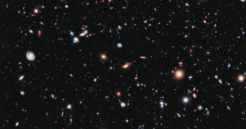 26.set.2012 - A Nasa (Agência Espacial Norte-Americana) divulgou uma foto que pode ser a imagem mais antiga feita do cosmos até hoje. A imagem obtida pelo telescópio Hubble traz galáxias que estão a até 13,2 bilhões de anos-luz da Terra. Como a origem do Universo ocorreu há cerca de 13,7 bilhões de ano, segundo a teoria do Big Bang, o telescópio registrou a galáxia quando ela tinha 500 milhões de anos