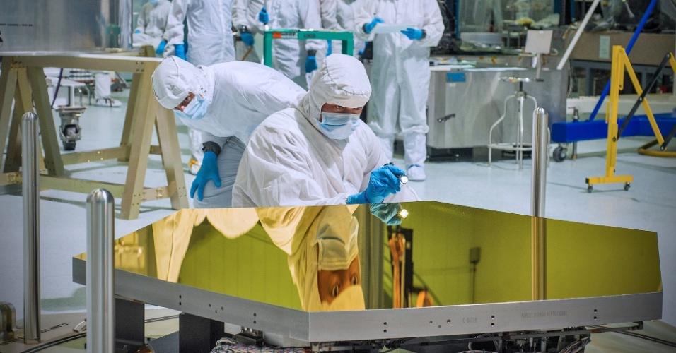 26.set.2012 - A Nasa (Agência Espacial Norte-Americana) recebeu os dois primeiros hexágonos que vão formar o espelho do telescópio espacial James Webb, o sucessor do Hubble. Cada hexágono, que mede 1,3 metro e pesa cerca de 40 quilos, é coberto por uma camada de ouro, material que ajuda a refletir a radiação infravermelha das galáxias. Isso porque o objetivo do instrumento é olhar para o passado e buscar as galáxias mais distantes do Universo. Como elas possuem brilho mais fraco, a agência precisa de um grande espelho para refletir a maior quantidade possível de luz dos corpos - quando for montado, ele ficará com 6,5 metros de largura frente aos quase 2,5 metros do Hubble