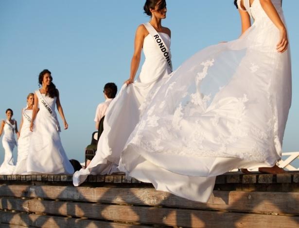 26.set.2012 - Candidatas ao título de Miss Brasil 2012 desfilaram descalças e com vestidos de noiva na ponte dos Ingleses, em Fortaleza, Ceará, e arrasaram! Os espectadores aplaudiram e os surfistas até esqueceram das ondas