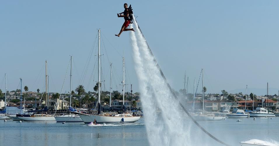 26.set.2012 - Dean O'Malley flutua usando um JetLev, que é uma engenhoca que solta um jato d'água e impulsiona seu usuário para cima, no forte da praia de Newport, na Califórnia (EUA). Ele vai tentar estabelecer um novo recorde mundial de voo de JetLev, atravessando o oceano de Newport Beach até a ilha de Catalina, totalizando um percurso de 41,84 km