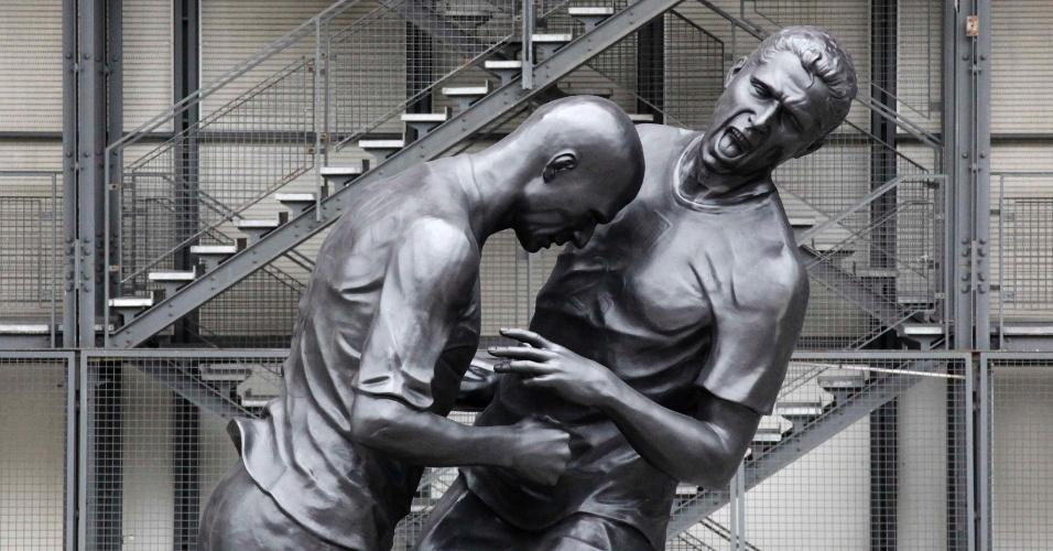 26.set.2012 - Estátua relembra lance em que o ex-jogador francês Zinedine Zidane (esq.) dá uma cabeçada no zagueiro italiano Marco Materazzi durante a final da Copa do Mundo de 2006. A estátua é de autoria do artista argelino Adel Abdessemed e pode ser vista em frente ao museu Centre Pompidou, em Paris, na França