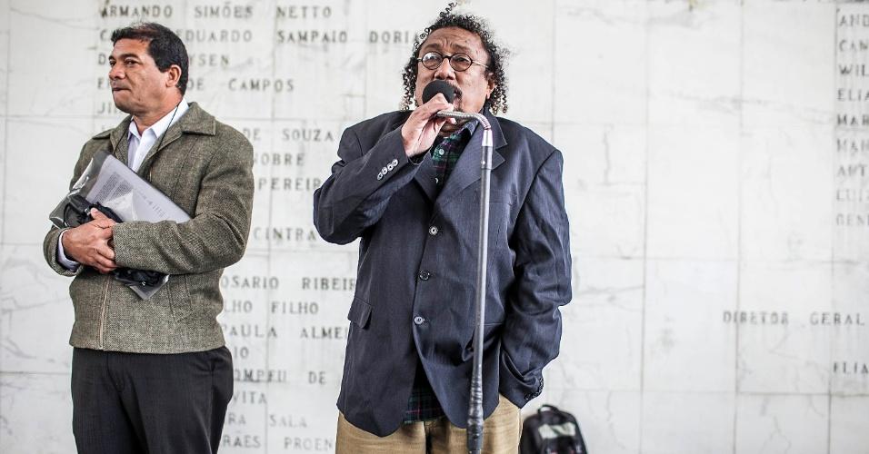 26.set.2012 - Homem discursa durante protesto organizado para denunciar a onda de incêndios nas favelas de São Paulo. O protesto aconteceu em frente à Câmara de Vereadores municipal