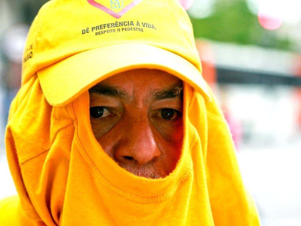 26.set.2012 - Homem se protege de frio em São Paulo, onde os termômetros chegaram a registrar 9°C. Com os ventos, a sensação térmica chegou a -0,5°C