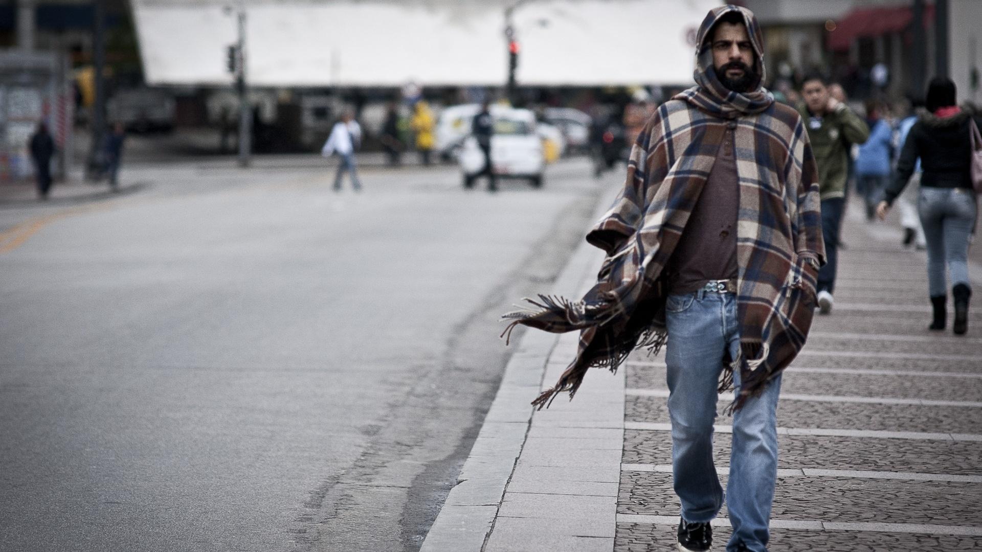 26.set.2012 - Homem se protege do frio em São Paulo, onde os termômetros chegaram a registrar 9°C. Com os ventos, a sensação térmica chegou a -0,5°C em pleno meio-dia
