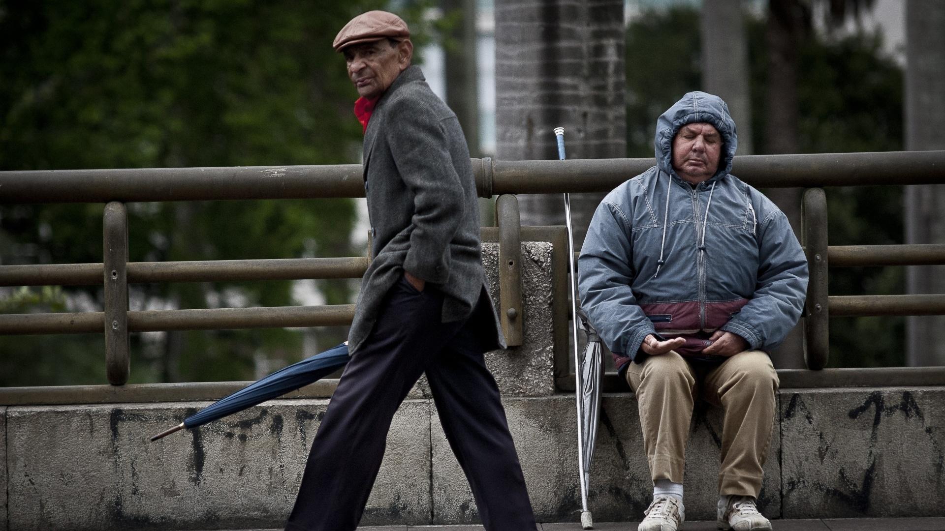 26.set.2012 - Homens se protegem do frio em São Paulo, onde os termômetros chegaram a registrar 9°C. Com os ventos, a sensação térmica chegou a -0,5°C em pleno meio-dia