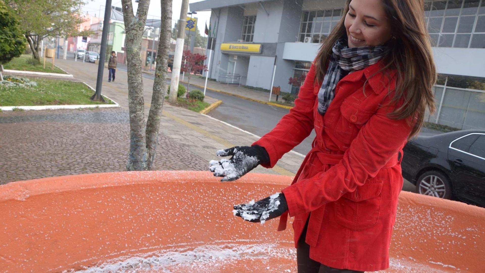 26.set.2012 - Moradora de São Joaquim, em Santa Catarina, brinca com neve nesta quarta-feira (26). Os termômetros da cidade registraram 0°C hoje