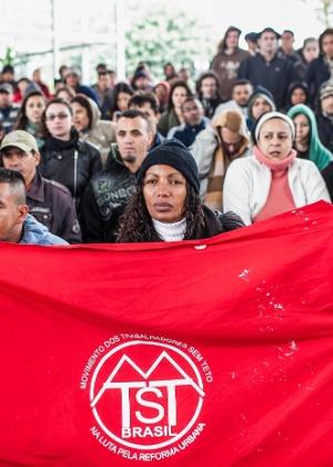 Moradores da favela do Moinho protestam em frente à Câmara de Vereadores de São Paulo