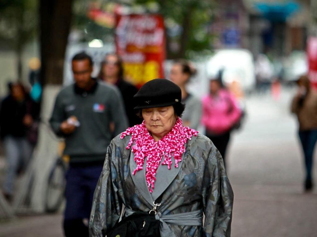26.set.2012 - Mulher caminha em São Paulo, onde os termômetros chegaram a registrar 9°C. Com os ventos, a sensação térmica chegou a -0,5°C em pleno meio-dia