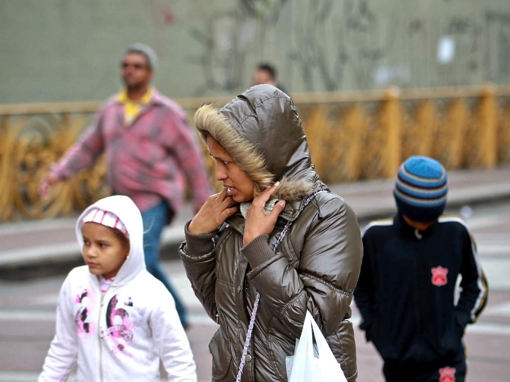 26.set.2012 - Mulher e crianças se protegem do frio em São Paulo, onde os termômetros chegaram a registrar 9°C. Com os ventos, a sensação térmica chegou a -0,5°C em pleno meio-dia