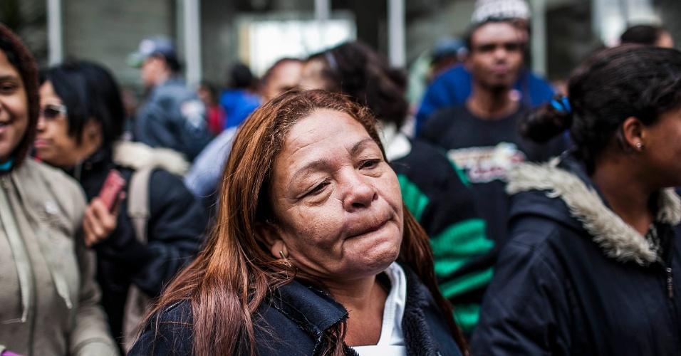 26.set.2012 - Mulher participa de protesto organizado para denunciar a onda de incêndios nas favelas de São Paulo. O protesto aconteceu em frente à Câmara de Vereadores municipal