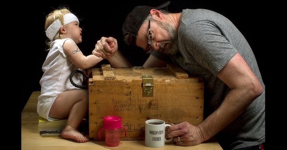 """26.set.2012 - Nas situações que Dave cria nas fotos, ele mostra a """"árdua"""" tarefa de ser pai"""