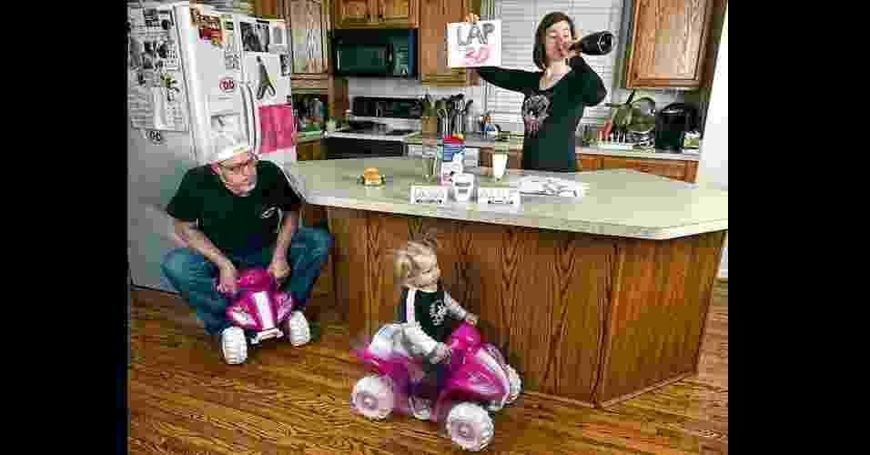 26.set.2012 - O projeto surgiu também como uma ideia de entreter a família e amigos com fotos engraçadas - Reprodução/ Facebook.com/EngledowArtPhotography
