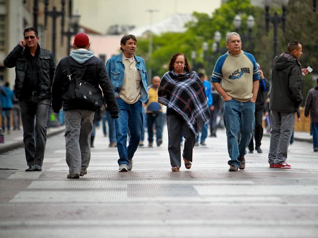 26.set.2012 - Pedestres se protegem de frio em São Paulo, onde os termômetros chegaram a registrar 9°C. Com os ventos, a sensação térmica chegou a -0,5°C