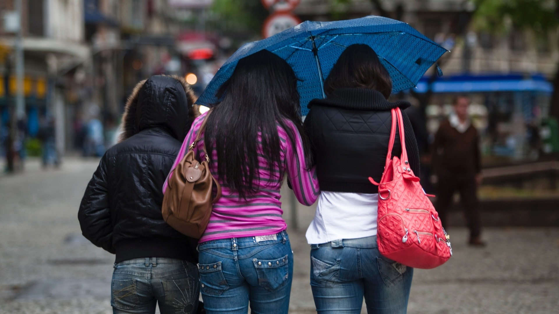 26.set.2012 - Paulistanos enfrentam frio, nesta quarta-feira (26). A sensação térmica chegou a -0,5°C ao meio-dia. De acordo com os meteorologistas da Somar, os termômetros não devem passar dos 14°C