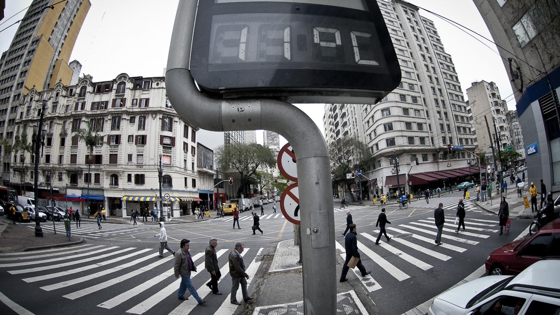 26.set.2012 - Termômetro marca 11°C em São Paulo. Com os ventos, a sensação térmica chegou a -0,5°C em pleno meio-dia