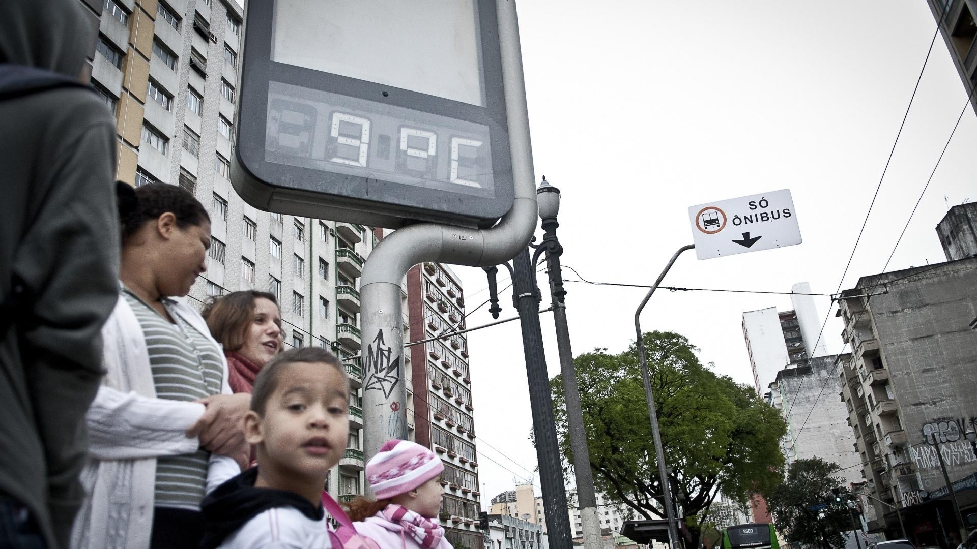 26.set.2012 - Termômetro marca 9°C em São Paulo. Com os ventos, a sensação térmica chegou a -0,5°C em pleno meio-dia