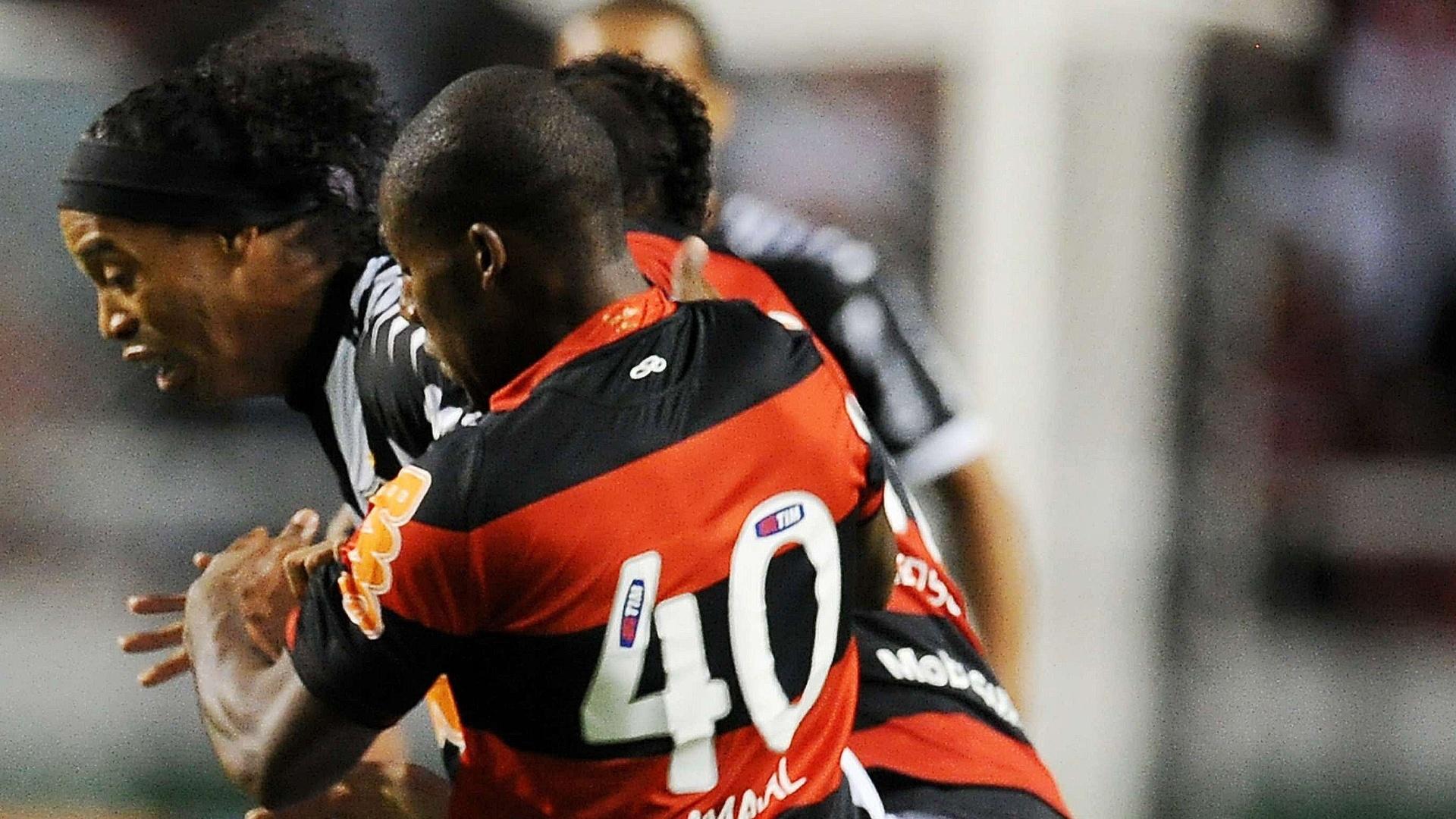 Amaral, do Flamengo, faz marcação cerrada sobre Ronaldinho, do Atlético-MG, em disputa pela bola durante o jogo pelo Brasileirão
